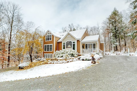 Secluded home w/ a gas fireplace, deck, gas grill, & foosball table!