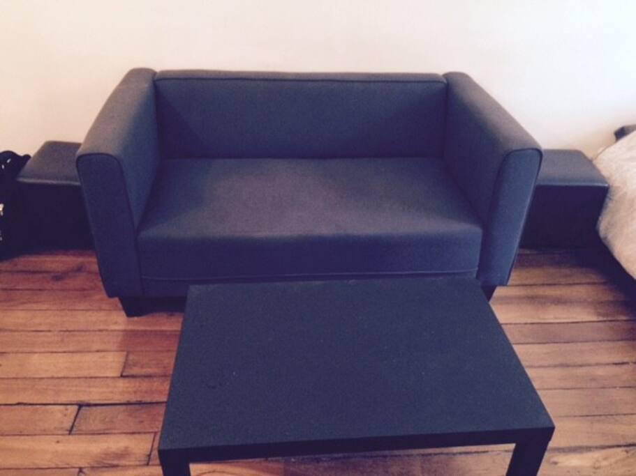 Coin salon avec canapé 2 place et table basse, pouf et tabourets supplémentaires si vous souhaitez recevoir
