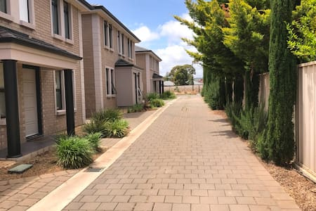 4 Bedroom Modern Townhouse 13 mins away from city - Ascot Park