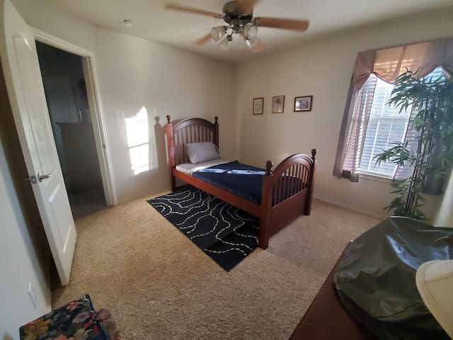 Private room, twin bed! 800/month weekly discount!