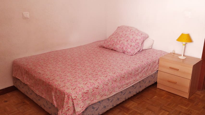 Private room/double bed/close to bus and center - Guadalajara - Appartamento