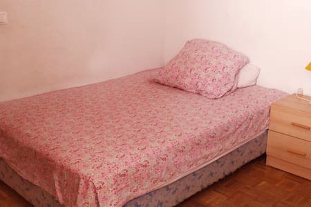 Private room/double bed/close to bus and center - Wohnung