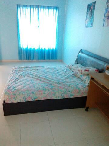 房间共用卫生间热水澡,电风扇,WIFI,可供2人住