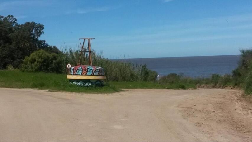 Camino de la Boya. Rumbo a la playa del Parador del Medio. La playa está a 5 cuadras aproximadamente de la casa.