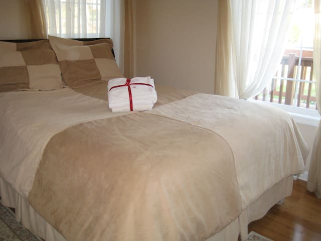 Quiet room with QUEEN SIZED BED, breakfast - Lake in the Hills