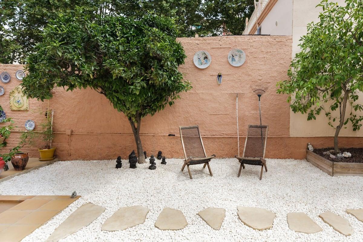Villa de diseño modernista con aparcamientos y patio privado en Barcelona