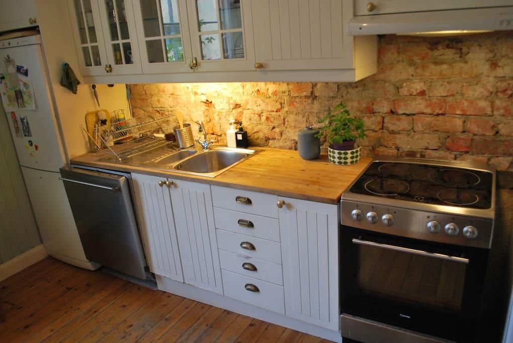 Kylskåp, diskmaskin, spis och microvågsugn finns i köket.
