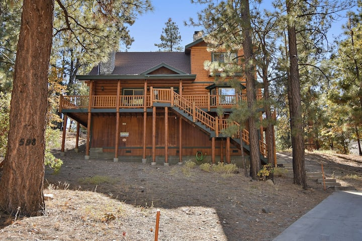 Hunters Lodge: Walk to Snow Summit! Huge Lot on a Cul-de-sac for Sledding! Spa! Pool Table!