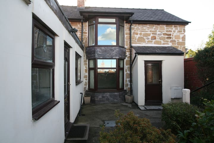 Cottage, Wrexham-3 bedrooms, 6 guests - Johnstown - House