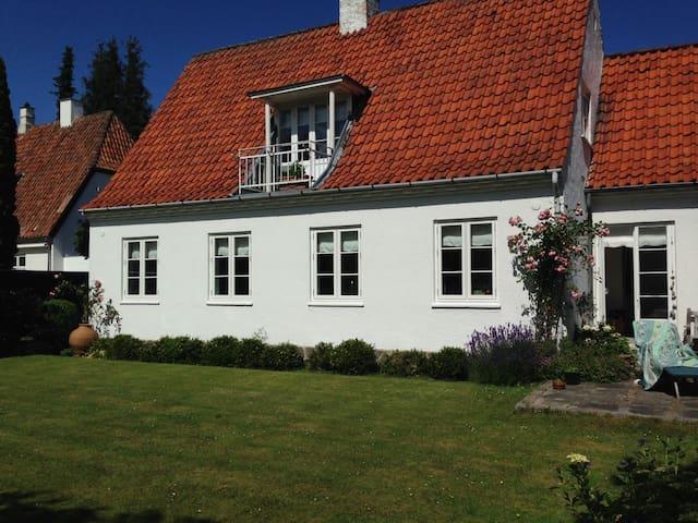 Smukt hus m. stor have nord for KBH - Charlottenlund - Villa