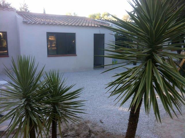 Studio dans un gd parc avec piscine - La Ciotat - Ev