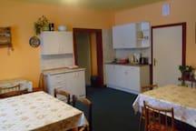 Společenské místnost s kuchyňkou