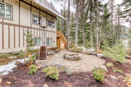 NEW LISTING! Newly remodeled cabin with free WiFi and full kitchen!