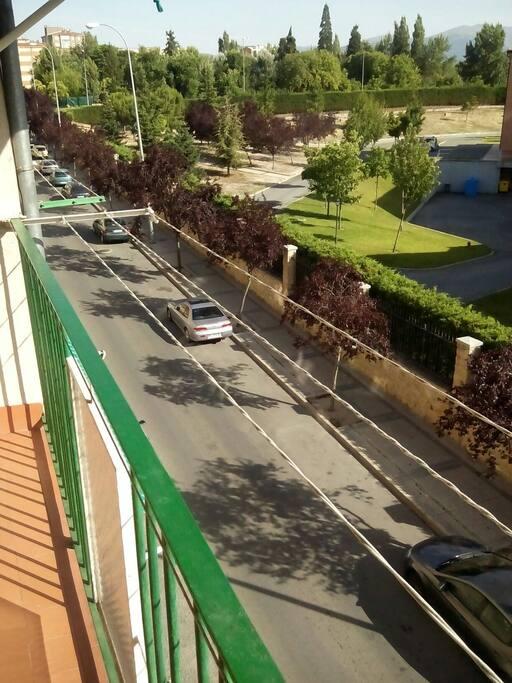Se puede aparcar justo debajo d la casa , es una zona tranquila y segura