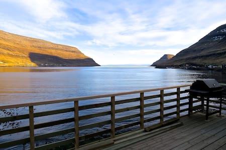 2 meter from the sea - presence, peace and comfort - Klaksvík - 小木屋
