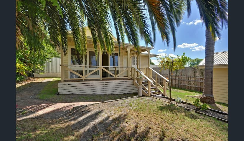 Traralgon CBD Garden Cottage ( No Kitchen)