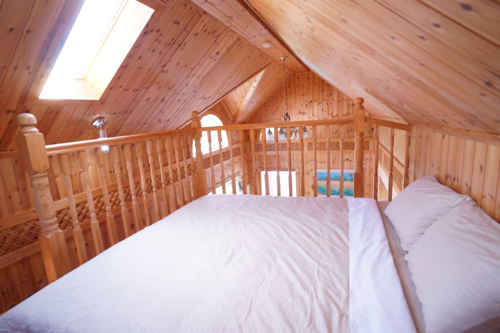 하늘이 보이는 창이 있는 복층 다락 침대공간  loft area inside the single family house