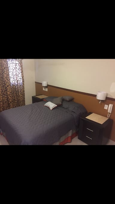 Main bedroom with queen sized bed and reading lights.    Recámara principal con luces de lectura y cama tamaño queen.