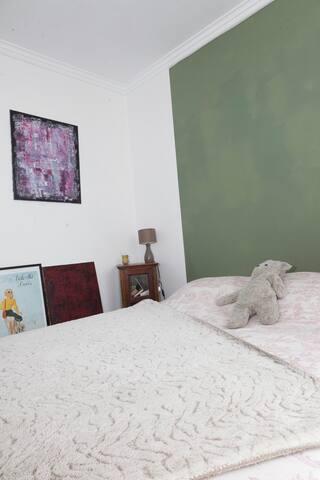 chambre principale très claire lit double  180x200