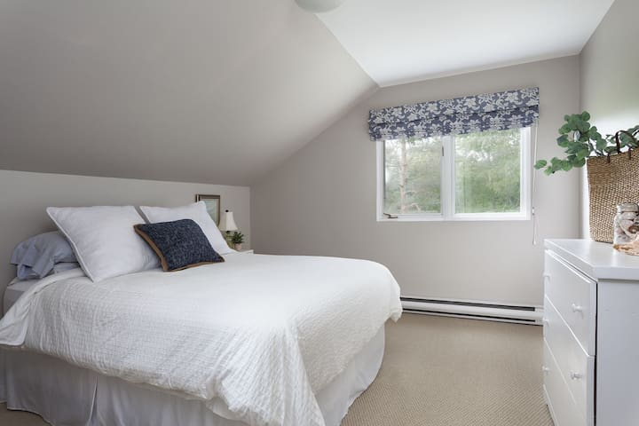 Entire Wolfville home sleeps 14