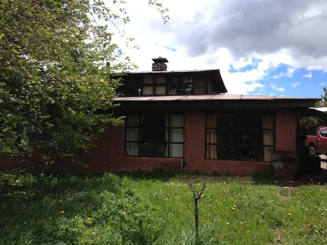 Habitación matrimonial en central casa de campo .