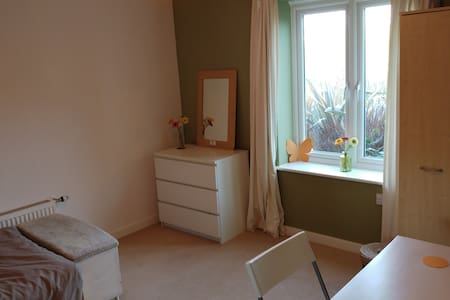 Stylish, modern room in quiet, clean flat - Hastings - Departamento