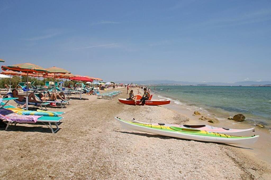 D'estate  la spiaggia è attrezzata