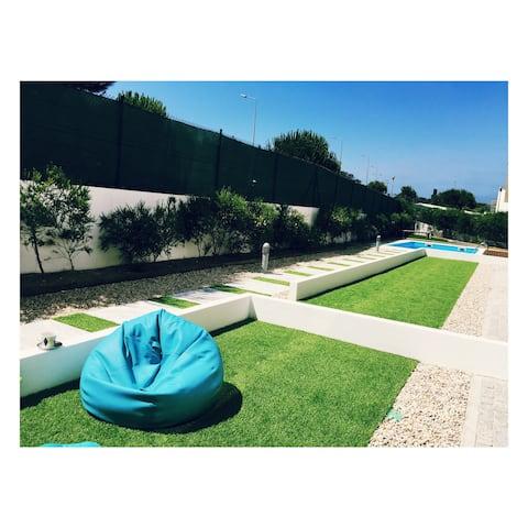 Jardin et piscine modernes près de la plage  🌊🌊