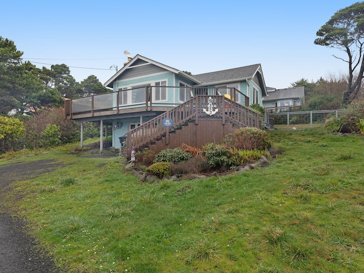 Dog-friendly home w/ a private hot tub within walking distance of the beach