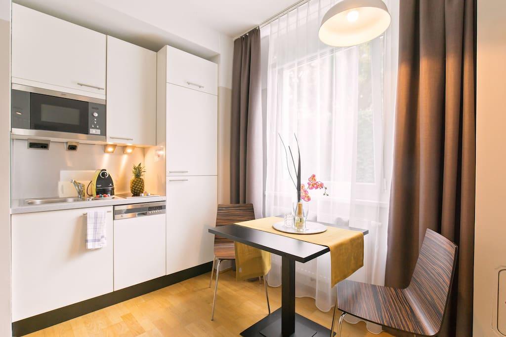 Küchenbereich und Essecke / Kitchen and place to eat.