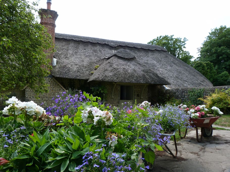 the old cottage The barn @ the old cottage little marlow bucks sl7 3rt prices: minimum 2 night stay the barn overlooks a typical cottage garden, surrounded by brick and flint walls.