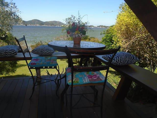 Suite com mini-cozinha na frente da Lagoa.