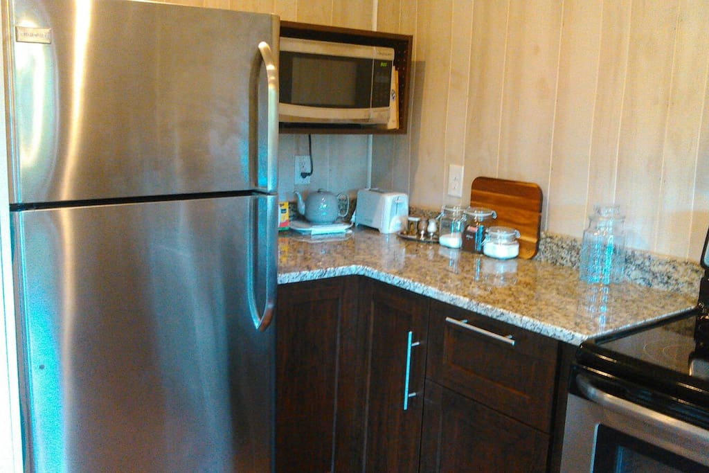 Appliances are all brand new! Coffee maker and toaster.
