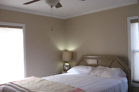 Bright, clean, gathering space! - Carrollton - Casa