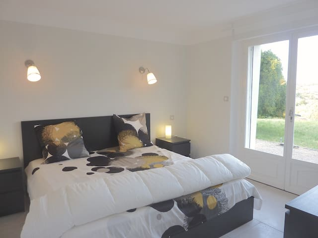 Extra large double bedroom 6 garden level