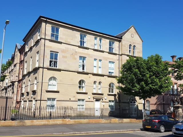Modern 1 bed Apart with secure parking -Queens Qtr