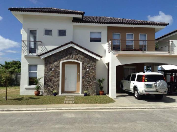 3 bedroom house with fast internet and cable
