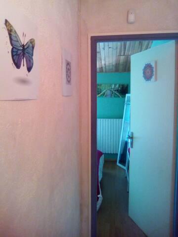 A l'entrée de la chambre...