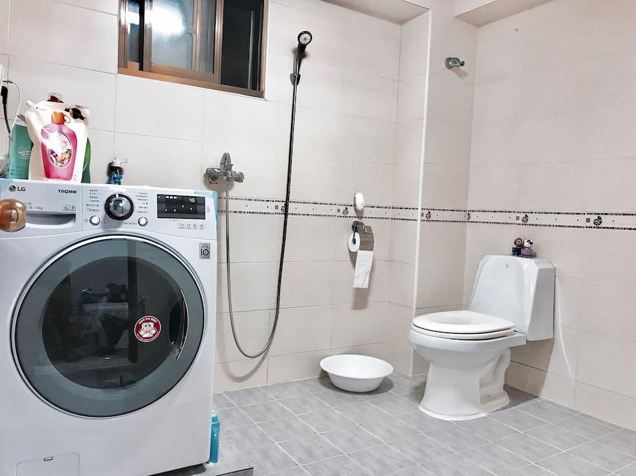 卧室内有独立卫生间 洗衣机可以洗衣服和烘干