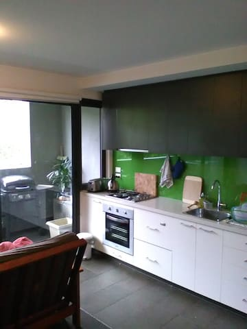 1bdrm modern and private with WiFi - Northcote - Leilighet