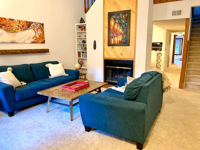 Cozy cabin condo 12 minutes from downtown!