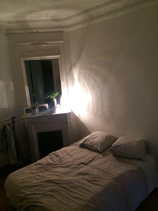 Chambre très confortable avec cheminée et espace de rangement.