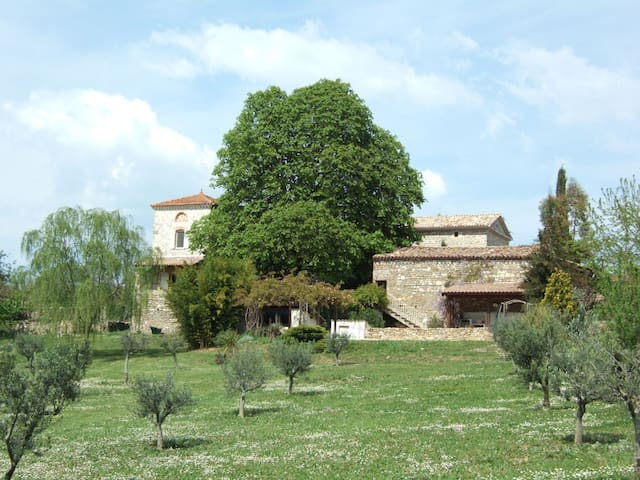 A stone farmhouse with amazing uninterrupted views - Mons - Casa