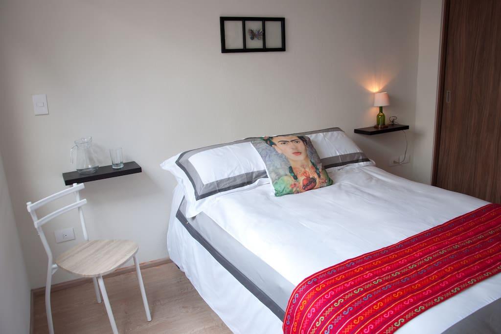 Habitación 1 : cómoda y tranquila, con baño privado, espaciosa y con un closet para tu uso
