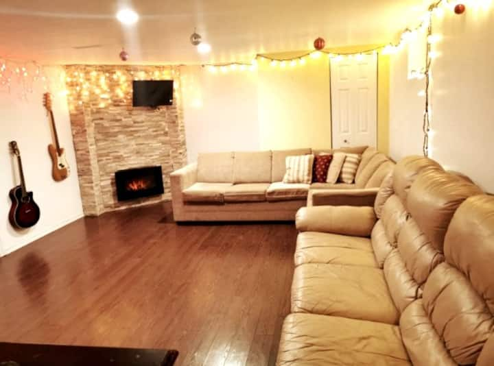 Full Basement w/ private entrance. We speak EN/FR