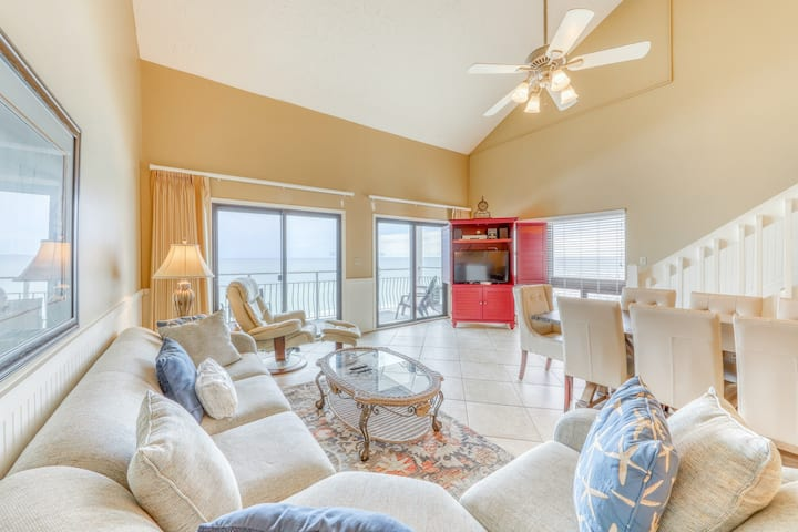 3rd Floor Condo! Amenities, Beach Access, Beach Equipment Included