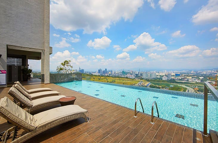 Deluxe room 500m to train station, near midvalley