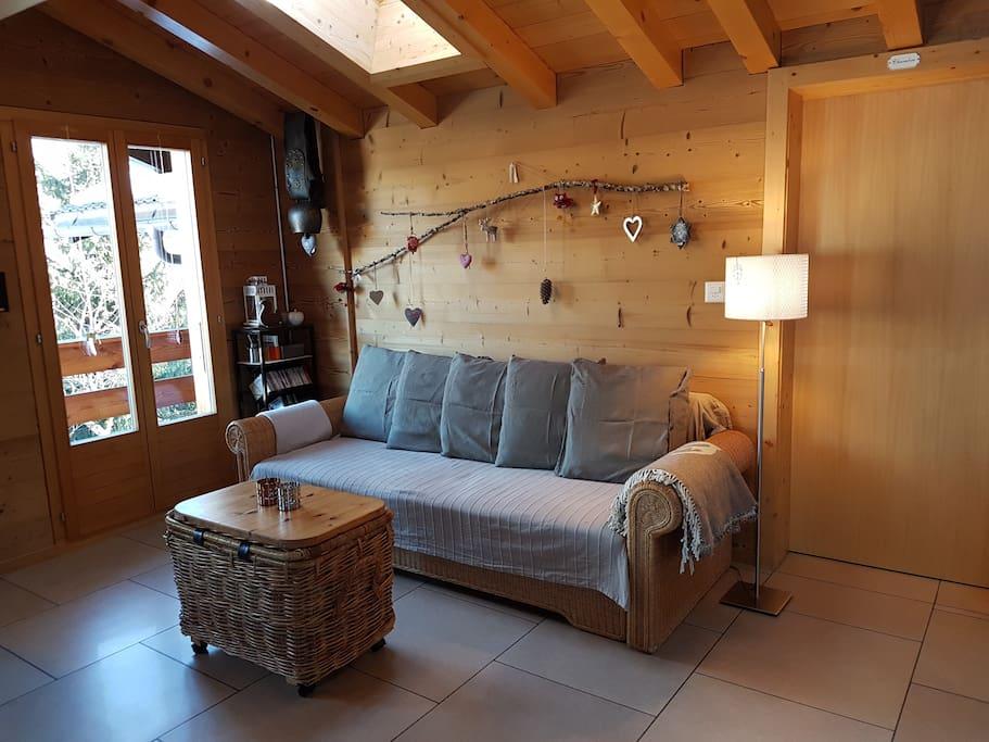 L'agréable pièce à vivre accueille un canapé transformable en lit double (160/200 cm)