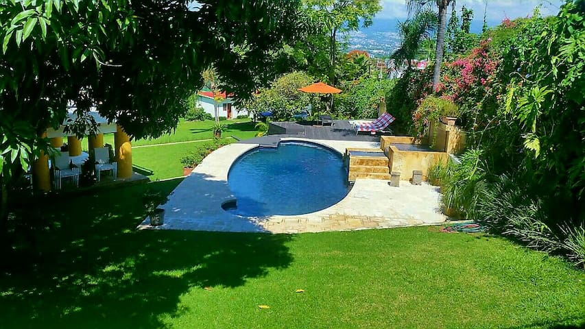 Casa c/hermoso jardín y alberca. Incluye servicio♡