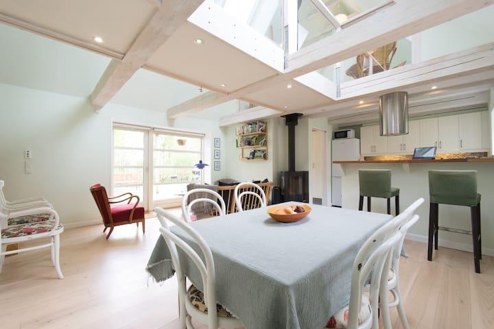 Spiseplads i køkken. Bordet kan trækkes ud så der er plads til 8 personer